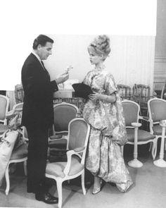 Brigitte Bardot riceve il profumo Diorissimo al numero 30 di Avenue Montaigne, 1960.Photo © Christian Dior Perfumes.