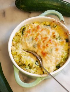We take advantage of the last zucchini of the season to make this gratin zucchini and quinoa super greedy, healthy, very nutritious and really tasty! I really like zucchini, but we have to face the fa Veggie Recipes, Healthy Dinner Recipes, Soup Recipes, Vegetarian Recipes, Cooking Recipes, Quinoa Zucchini, Zucchini Gratin, Batch Cooking, Clean Eating Snacks