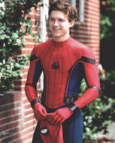 Tom Holland as Peter Parker with Spiderman: Homecoming Tom Holland Peter Parker, Marvel Dc, Hero Marvel, Stark Tower, Tom Holand, Tommy Boy, Men's Toms, Film Serie, Robert Downey Jr