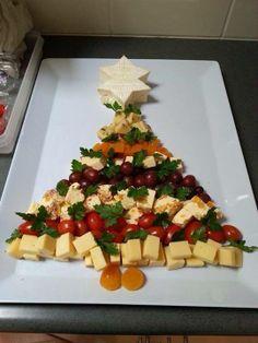 A Christmas cheese platter Christmas Nibbles, Christmas Cheese, Christmas Buffet, Christmas Party Food, Xmas Food, Christmas Appetizers, Christmas Cooking, Christmas Goodies, Christmas Desserts