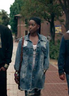 Em Dear White People, Sam usa essa jaqueta oversized e destroyed que queremos já!