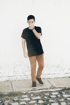 calça mostarda, mens fashion, moda masculina, camiseta preta  Djanilton França