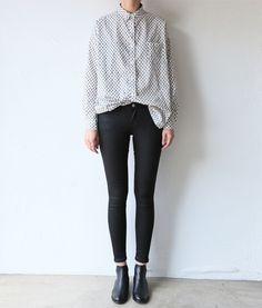 camisa, pantalón negro y chelsea boots
