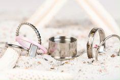 iXXXi Jewelry ist ein hochwertig, trendiges Wechselring-Schmucksystem aus Edelstahl. Es besteht aus einem Basisring mit Zierringen, Armbändern, Fussketten, Halsketten, Ohrringen und Sonnenbrillen, die in vielen Farben zusammengesetzt und kombiniert werden können. Da es eine Männer und eine Frauen-Kollektion gibt, ist es ein perfektes Geschenk, das jederzeit durch einen Zierring erweitert und verändert werden kann. Rings, Shopping, Beauty, Sunglasses, Stainless Steel, Armband, Colors, Gifts, Schmuck