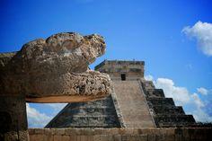 Chichén Itzá es uno de los lugares que más visitas tiene en la península de Yucatán. Junto con el templo de los Guerreros y las 1000 columnas hacen de éste lugar que esté en la lista de las 7 maravillas del mundo.
