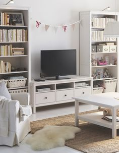 Reading, watching, working - you really can do it all in one space! The IKEA HEMNES series may be traditional in style, but smart functions make it right at home in a modern living room.