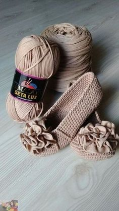 Hi, Crochet lovers, are you thinking of some crochet projects in the early Spring? This pretty set of crochet Mary Jane slippers are an easy and warm project we can hook on which is perfect for… Crochet Slipper Boots, Crochet Sandals, Crochet Slippers, Slipper Socks, Crochet Diy, Crochet Crafts, Crochet Projects, Diy Crafts, Crochet Designs