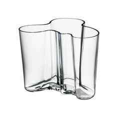 In Alvar Aalto created his classic series of glass vases. The Alvar Aalto Collection has been a staple of modern Scandinavian design ever since. Today, just as then, each and every vase in the Alvar Aalto Collection is mouth blown and created in a w Design Museum, Alvar Aalto Vase, Vase Transparent, Design3000, Design Vase, Contemporary Vases, Modern Vases, Clear Vases, Small Vases