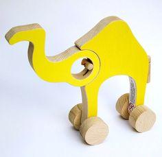 Hace tiempo que me topé con estos juguetes deRené Šulc, un joven diseñador checo que ha recibido varios premios por esta maravillosa colección de animales de madera, elaborados a mano, de sencillas formas, con ruedas y parcialmente articulables.La verdad es que no sé decir cuál me gusta…