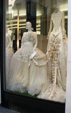 Chanel vintage : robes de marriage dans une vitrine a Paris ///  Vintage wedding gowns in a Paris window