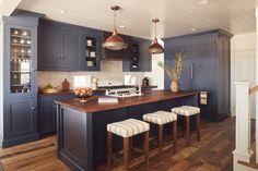 Gorgeous navy kitchen in this beach cottage! Gorgeous navy kitchen in this beach cottage! Kitchen Furniture, Kitchen Interior, Kitchen Decor, Design Kitchen, Kitchen Ideas, Cottage Style Decor, Beach Cottage Decor, Lake Cottage, Kitchen Living