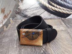 """Dieser Ledergürtel breit mit Holzschnalle Erde ist ein echter Hingucker.  Mit einzigartiger Schnalle aus Holz und echtem Büffel-Ledergürtel.  Der Gürtel kann rasch und einfach selbst gekürzt werden. Länge = 125 cm.  Dieses Produkt ist ein handgefertigtes Unikat """"Made in Austria"""" Bracelets, Leather, Accessories, Jewelry, Fashion, Earth, Simple, Timber Wood, Moda"""