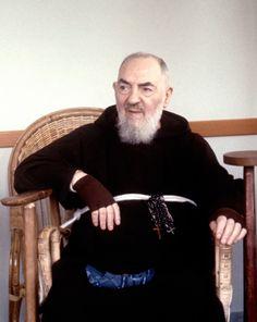 Una magnifica foto di San Pio mentre è seduto a rilassarsi