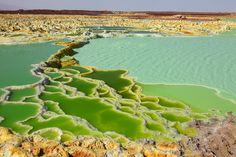 Aguas termales del volcán Dallol (Etiopía): un lugar apocalíptico A la naturaleza le gusta pintar. Prueba de ello es el paisaje que encontramos en pleno desierto de Danokil, al noreste de Etiopía. Aquí se encuentra el volcán Dallol. Los ácidos de este volcán inactivo entran en contacto con las aguas termales de la zona, provocando una reacción sorprendente que tiñe el paisaje de diferentes tonalidades verdes y amarillas. Un lugar apocalíptico donde no se aconseja el baño. ¡Las aguas están…