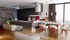 De MDF, os armários da cozinha Cosmopolita têm acabamento Grafit. A mesa e o balcão principal recebem o padrão amadeirado Greenville,enquanto o revestimento dos fornos é o Laccato Italiano Molinara. Design Adriana Ciliprandi e fabricação Marel Móveis.