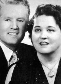 Vernon and Gladys Presley - His mother usually looked I'll and tired in photos. But her she looks happy. Priscilla Presley, Lisa Marie Presley, Elvis Und Priscilla, Elvis Presley Family, Elvis Presley Photos, Vernon, Rock And Roll, Graceland, Memphis Tennessee