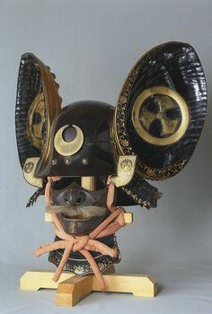 Kawari Kabuto. 名称 黒漆塗頭形兜 鮑脇立 時代 江戸時代 所蔵 神奈川県 個人蔵 More
