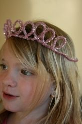 a Sparkly Pipe Cleaner Crown Perfect for the birthday girl :) Jackson is making one for my mom.Perfect for the birthday girl :) Jackson is making one for my mom. Diy For Kids, Cool Kids, Crafts For Kids, Arts And Crafts, Princess Birthday, Girl Birthday, Princess Party, Birthday Crowns, Disney Princess