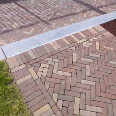 Meeting point: warm mix of Auraton and Ruston cobblestones Makassa Brick Path, Brick Garden, Garden Paving, Small Backyard Landscaping, Backyard Retreat, Backyard Patio, Small Brick Patio, Front Path, Brick Projects