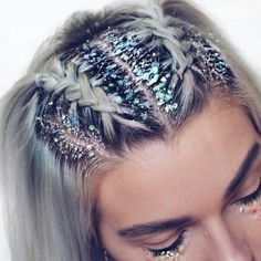 ♢ As hair trends go we don't think we'll ever tire of glitter roots! ♢ As hair trends g Smart Hairstyles, Box Braids Hairstyles, Straight Hairstyles, Festival Hairstyles, Hairstyle Hacks, Hairstyles For Concerts, Braided Hairstyles For Short Hair, Carnival Hairstyles, New Year Hairstyle