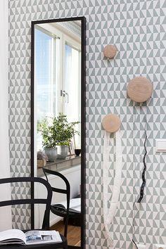 Papel pintado 2739 de Scandinavian designers en http://tienda.puntosuspensivo.com/  Via Hitte Hem | Black Mirror | Arne Jacobsen Borastapeter Wallpaper | Muuto The Dots