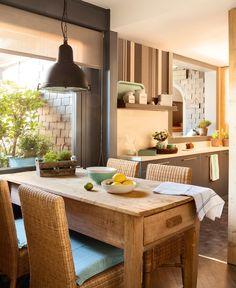 Office con mesa tocinera. Una mesa tocinera estrecha