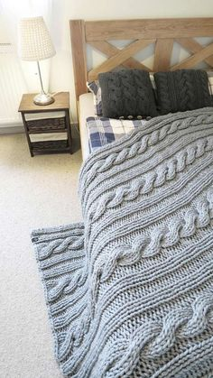 Manta Crochet, Knit Crochet, Knitted Blankets, Merino Wool Blanket, Crochet Crafts, Yarn Crafts, Bed Covers, Bed Spreads, Pillows