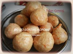 Recipe to make the crispy on the outside and hollow in the inside fried pork meatballs Asian Cooking, Easy Cooking, Cooking Recipes, Cooking Tips, Pork Recipes, Asian Recipes, Indonesian Cuisine, Indonesian Recipes, Malay Food