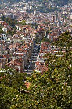 Blick von der Karlshöhe auf unsere Stadt im Kessel #Stuttgart. Gleich neben der Parkett Direkt Ausstellung geht es die Treppe hoch. Repinned by www.parkett-direkt.net