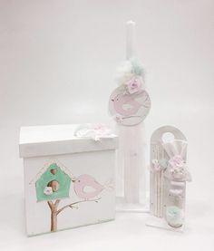 Βαπτιστικό πακέτο για κορίτσι με θέμα σπίτι με πουλιά, με κουτί και λαμπάδα βάπτισης με ροζ πουλάκια και ασορτί λαδοσέτ.