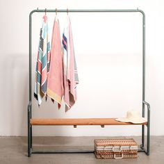 Hanger / Bench: that would be awesome for guest bed. Suitcase storage AND a place to hang nicer clothes. Mini Loft, Interior Exterior, Interior Design, Garment Racks, Diy Bench, My New Room, Minimalist Design, Decoration, Living Spaces