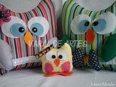 Família Coruja  www.facebook.com/lojavaraldeartes Owl, Toy Art, Throw Pillows, Quilts, Crafts, Facebook, Design, Owl Family, Owls