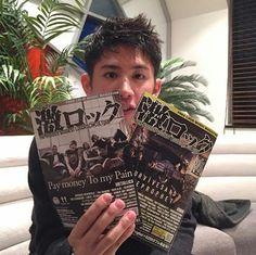 激ロック 1月号の表紙を飾る ONE OK ROCK のTakaさん(Vo)に 取材敢行!1/11にリリースする ニュー・アルバム「Ambitions」についてお話しを伺いました インタビューは1月号紙面&WEBに掲載です。お楽しみに。 発刊 1月10日  激ロックTwitter 入手先http://gekirock.com/magazine/list.php #oneokrock #taka #toru#ryota #tomoya