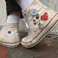 Image about style in converse by kaeseolin シ on We Heart It Grunge Look, Grunge Style, Botas Grunge, Do It Yourself Fashion, Unisex, Pin And Patches, Sock Shoes, New Trends, Me Too Shoes