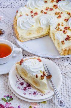 Pentru ca de mult visam la o tarta cu banane buna-buna si pentru ca mi-am adus aminte de Banana straciatella cheesecake care a avut un succes asa mare, m-am gandit ca astazi este o zi potrivita sa pregatesc dulcegaria. Din fericire am avut timp sa fac niste poze intermediare, dar din pacate, timpul … Romanian Desserts, Romanian Food, Cake Recipes, Dessert Recipes, Eat Dessert First, Food Cakes, Cake Cookies, Sweet Treats, Cheesecake