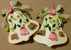 Campane pasquali fuoriporta in feltro Christmas Themes, Christmas Crafts, Christmas Ornaments, Holiday Decor, Art N Craft, Christmas Makes, Felt Ornaments, Felt Flowers, Easter