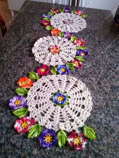 Love the wat this table runner meanders along the table