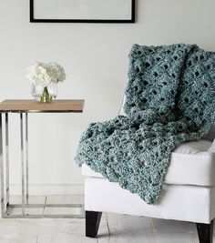 Learn how to crochet this seashell throw blanket, perfect for a DIY crochet holiday gift! Get the FREE PATTERN here!!