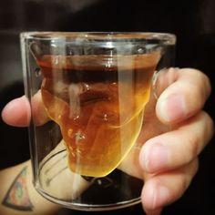 Mais uma novidade para vocês! Copos de caveira para tomar o seu drink preferido…
