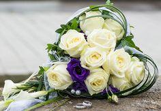 #Brautstrauß in #Herz - Form. Ein richtiger #Hingucker  - #weiß #lila #creme #Perlen #bridalbouquet #bride #weddinginspiration