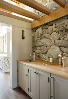 You are able to have a stone wall to instantly have a rustic kitchen. Searching for inspirations of stone wall for a rustic kitchen? Outdoor Kitchen Countertops, Wood Countertops, Kitchen Counters, Kitchen Cupboards, Paint For Kitchen Walls, Natural Stone Wall, Natural Stone Backsplash, Stone Kitchen, Kitchen Wood