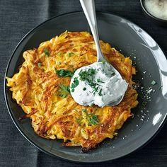 Kürbis-Rösti mit Kräuterquark///Für alle Kürbis- und Kartoffelfans. Schmeckt frisch aus der Pfanne am besten: also, ran an die Teller!