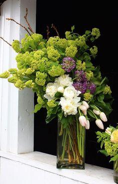 Adorable and Cheap Easy DIY Tulip Arrangement ideas no 10 Flower Arrangement Designs, Vase Arrangements, Beautiful Flower Arrangements, Wedding Flower Arrangements, Floral Centerpieces, Fresh Flowers, Flower Designs, Beautiful Flowers, Yellow Flowers