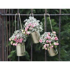 Blikjes set van 5 stuks  Decoratieve blikjes in de kleur lichtgoud. Gebruik ze bij het huis van de bruid gevuld met bloemen, of aan de kerkbanken. Bij vele thema's bruikbaar en het geeft een eigentijdse uitstraling.     Set van 5 stuks. De blikjes zijn voorzien van een jute touwtje.