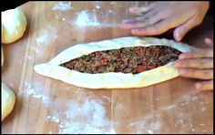 FACILE ET NOUVEAU ! Si vous aimez la pizza, vous devriez faire l'essai de cette recette turque, dont vous raffolerez assurément. Elle se prépare avec une pâte à pain, farcie avec de la viande hachée, des poivrons et autres ingrédients. Dans le bol du malaxeur, combinez 1 œuf, 3 c. à table d'huile végétale, ½...