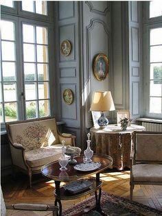 Decor Design Review. Traditional Living Room.