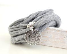 Armband+Stoff+hell+grau,+Ornamentscheibe+silber+von+Andrea+Traub+-+FASHION+das+Original+Shop+für+Armbänder+Ketten+&+Ringe+auf+DaWanda.com