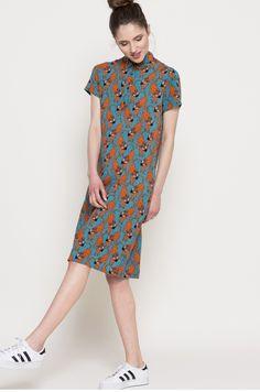 Sukienka z kolekcji Medicine. Prosty model wykonany z wzorzystej tkaniny.