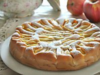 Sbriciolata con crema pasticcera, mele e mandorle. Una frolla duttile e friabile, le mele dolci, la crema pasticcera morbida, le mandorle croccanti