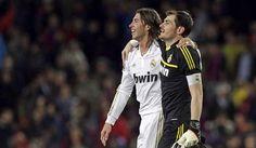 Iker Casillas y Sergio Ramos se abrazan en el césped del Camp Nou.  BAR 1-2 RMA